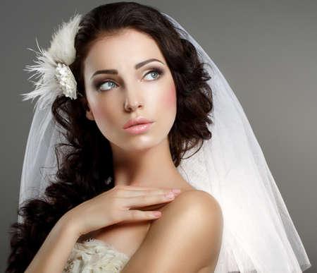 mooie brunette: Bruiloft Jonge Gentle Rustig Bruid in Klassieke witte Veil Wegkijken Stockfoto