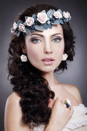 artificial hair: Ninfa Retrato de mujer hermosa joyer�a en guirnalda de flores
