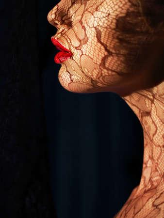 Profil de Face Futur Femme avec ajouré de dentelle dans les ombres