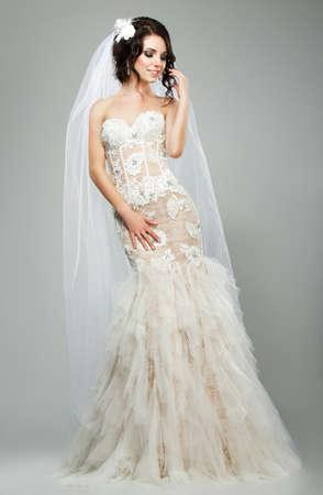 bridal dress: Matrimonio romantico sensuale sposa Modella Indossa Abito senza maniche nuziale bianco