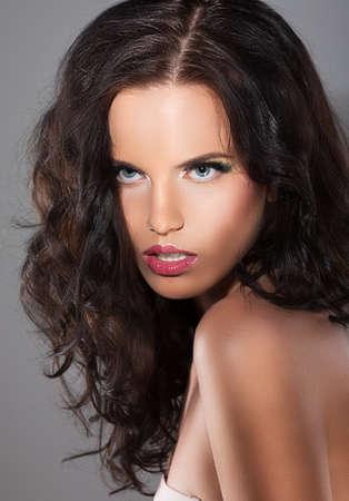 magnetismo: Magnetismo. Carattere. Immagine di squisita raffinata donna con capelli bruni