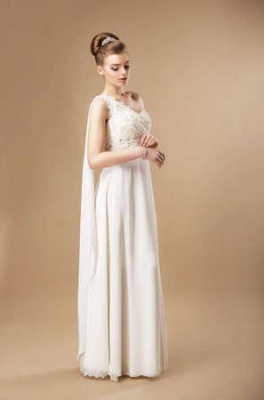 afrodita: Simplicidad. Mujer con estilo en el vestido sin mangas