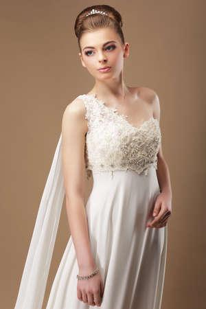 f�minit�: F�minit�. Femme douce dans la robe de dentelle sur fond beige