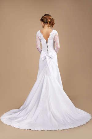 cola mujer: Holiday. Vista posterior de Auburn Mujer en vestido largo festiva