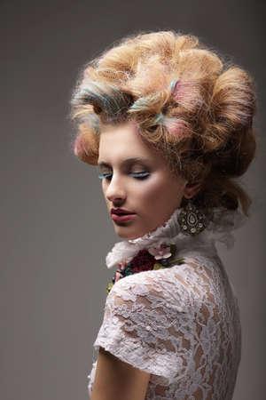 Individualité Haute Couture Swanky Femme avec cheveux colorés