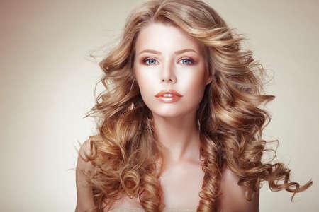 blond hair: Retrato de mujer con hermoso que fluye bronceado pelo muy rizado Foto de archivo