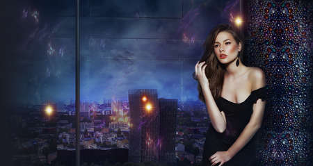 modelos posando: Beautiful Girl m�s de fondo urbano futurista de la ciudad de la noche Foto de archivo