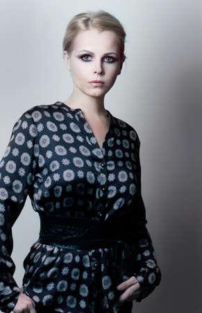 magnetismo: Magnetismo Elegancia femenina de lujo en gris-azul vestido de moda