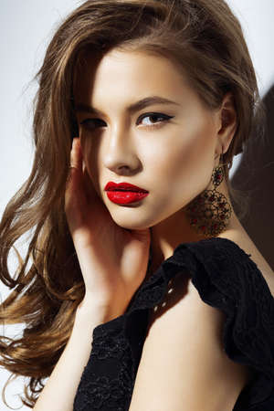 labios rojos: Carisma Gorgeous aristocr�tica mujer con labios rojos