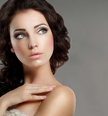 f�minit�: F�minit�. Soign� visage de femme avec maquillage naturel. Pure Beauty