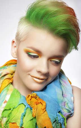tinte cabello: Mujer joven con maquillaje colorido y corta Coiffure Pintado