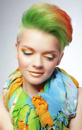 tinte cabello: Mujer con Vivid multicolores Bob Corte de pelo y maquillaje brillante