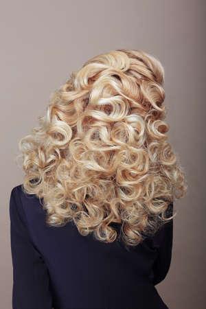 Vue arrière de la femme aux cheveux crépus Ashen poils. Festive tressé Hairdo
