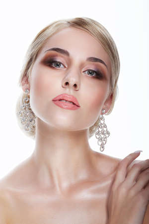 labios sensuales: Lujo. Aristocrática dama rubia con joyas - Platinum gotas para el oído Foto de archivo