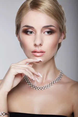 aristocrático: Sofisticado Aristocr�tica Posh Se�ora con Pearly Collar Foto de archivo