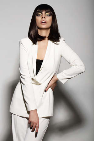 Luxueuze Fashion Model in White Suit Stockfoto