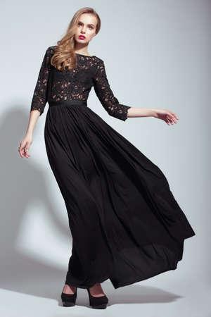 エレガンス。若いファッション モデルの黒のドレスで 写真素材