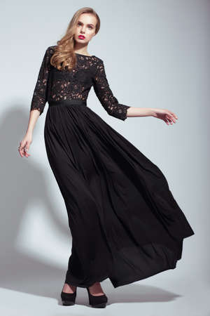 blusa: Elegancia. Modelo de moda joven en vestido de Negro Foto de archivo
