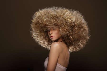 Updo。流行のスタイル。未来的な髪型を持つ女性