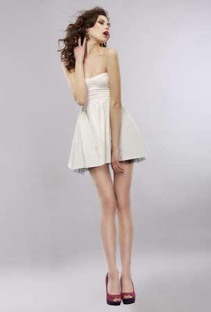 falda: Asombrado Brunette joven que mira lejos Foto de archivo