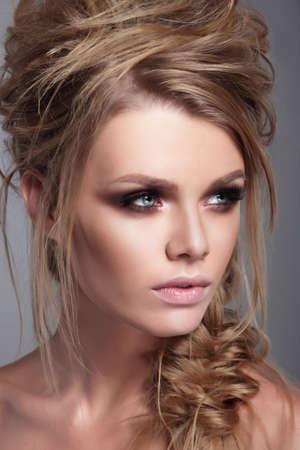 maquillaje de ojos: Retrato de moda de una mujer de cerca. Belleza y la moda.