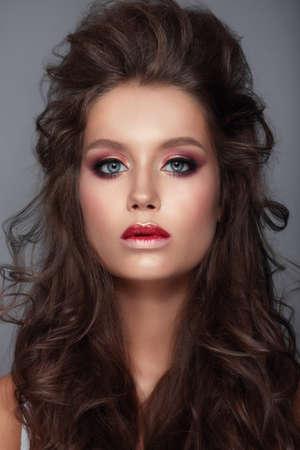 modelo desnuda: Rostro de mujer joven y hermosa con brillante moda maquillaje multicolor.
