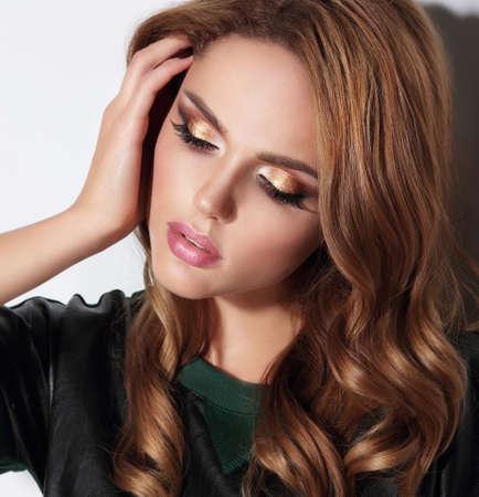 eye makeup: Retrato de primer plano con sombras de ojos de oro.