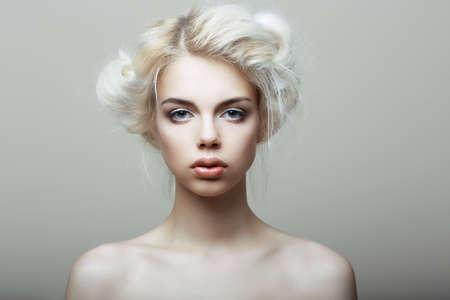 Mujer rubia aisladas sobre fondo blanco. Foto de archivo