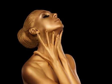 labios sensuales: Primer plano retrato de una mujer de oro. Foto de archivo