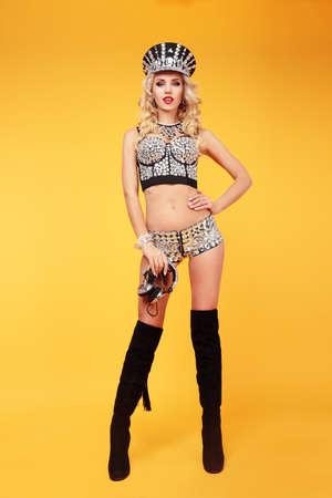 gogo girl: In voller Länge von Smiley-go-go-Tänzerin in sexy Kostüm.