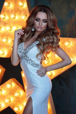 mujeres fashion: La mujer atractiva hermosa. mujeres de la moda de estilo de vestido de noche de moda.