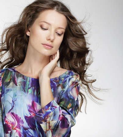 Beauty Woman portrait aux cheveux longs. Beautiful Girl Brunette. Beauté naturelle. Fashion Girl Model.