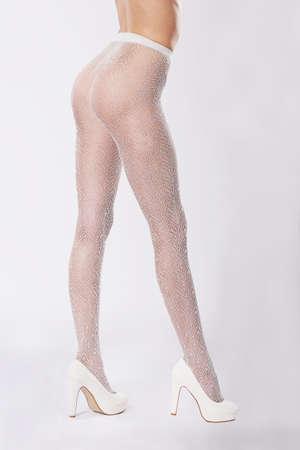 pantimedias: Primer piernas. Piernas en medias y zapatos blancos. Foto de archivo