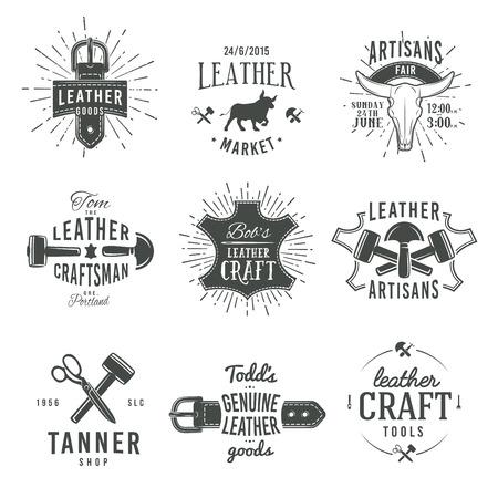 Segundo conjunto de la vendimia diseños de logotipo artesano gris vector, etiquetas de herramientas de cuero retro genuinos. artesano ilustración insignias mercado de artesanía.