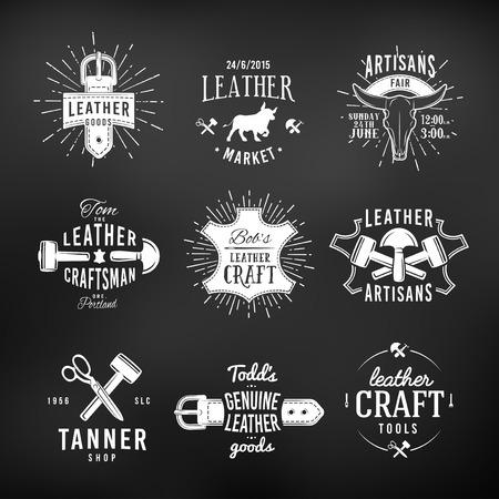 craftsman: Conjunto de diseños de logotipo de artesanía de cuero, etiquetas de herramientas de época auténticos retro. artesanos insignias mercado ilustración vectorial sobre fondo oscuro.
