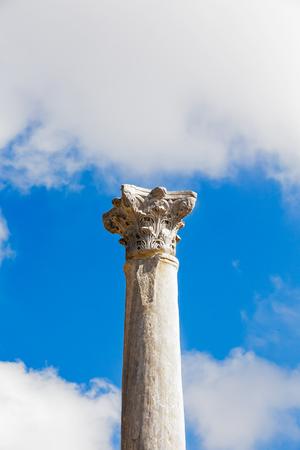 columnas romanas: Antiguas columnas romanas con capiteles en el fondo de cielo azul. Ces�rea. Israel. Foto de archivo