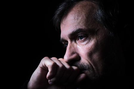 hombres maduros: anciano de cerca retrato de bajo perfil con el fondo negro. Virada como retrato Stype de edad. Foto de archivo