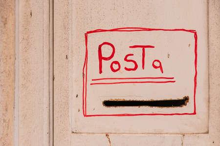 Porte vintage avec mot italien Post