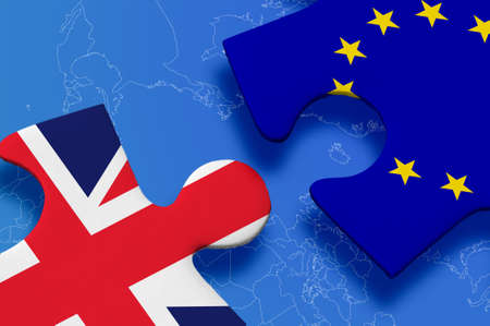 bandera uk: Reino Unido y la Unión Europea en el rompecabezas aislados sobre fondo azul.