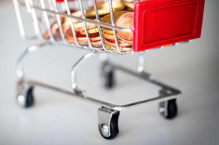 Un panier avec des pièces en euros, photo symbolique pour le pouvoir d'achat et de la consommation