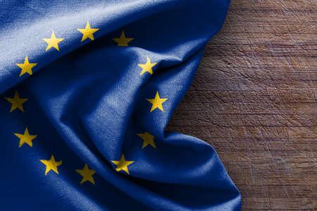 armonía: Bandera de Europa en el fondo de madera