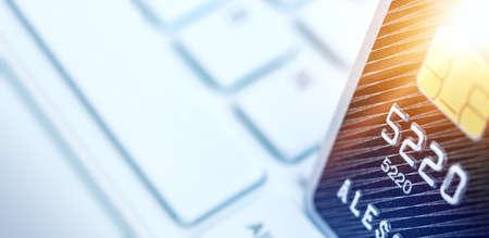 Gros plan de la carte de crédit sur le clavier de l'ordinateur