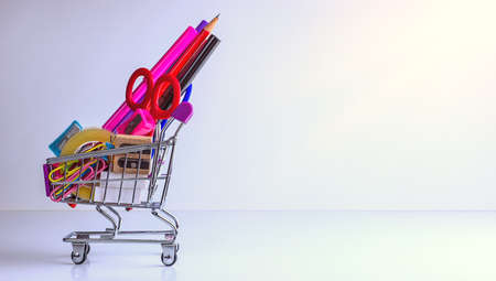school supplies in shopping cart on white background - back to school Banque d'images