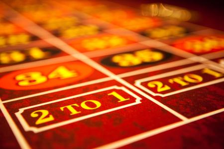 ruleta de casino: Mesa de ruleta con fieltro rojo
