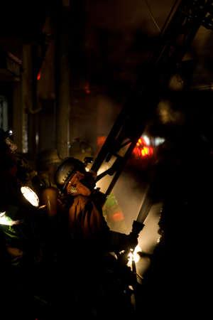 Shin Nakano, Tokió, Japán, február 27, 2011 tűz ölel körül, az épület a Shin Nakano Ward Tokió a kora reggeli órákban a február 27, 2011 Régi, fából készült szerkezetek, keskeny laneways és nehezen megközelíthető teszi tűzoltás nehéz Tokióban A Tokyo tűz serv
