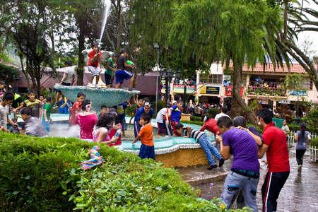 VILCABAMBA LOJA ECUADOR, 09 de febrero 2013 Carnaval en Vilcabamba sur de Ecuador en febrero de 2013, incluye peleas de agua y espuma aerosol Foto de archivo - 17914019