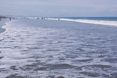 San Clemente Ecuador, február-2013 Nyaralók játszik a surf február 2013 in San Clemente Ecuador San Clemente egy halászfalu a Csendes-óceán partján Ecuador