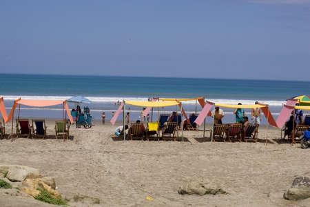 San Clemente Ecuador, február-2013 Strand székek homokos napsütötte tengerparton Feb 2013 San Clemente Ecuador San Clemente egy halászfalu a Csendes-óceán partján Ecuador Sajtókép