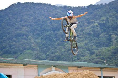 ZAMORA REGION, Zamora, Ecuador, április 27 2013. Mountain Bike Jumping trükkök Zamora Ecuador április 27-én 2013. Extrém sportok demonistrations volt része egy turisztikai konferencián. Rider Luciano De Neufville