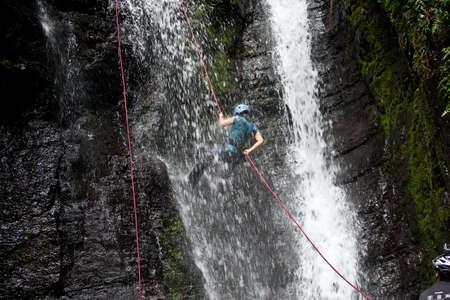 ZAMORA REGION, YANTZAZA, Ecuador május 11: Rappel tanuló lemászik vízesés Yantzaza, Ecuador május 11-én, 2013. Rappelling része egy turisztikai osztály.